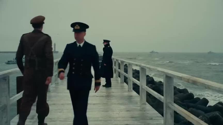 电影《敦刻尔克》精彩片段:小伙躲在桥下,偷听到一个秘密