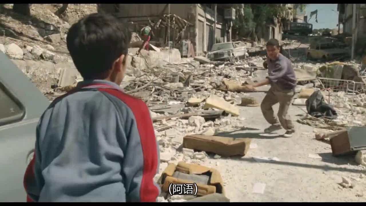 小孩偷东西,逃跑时被人发现,遭恶人追打