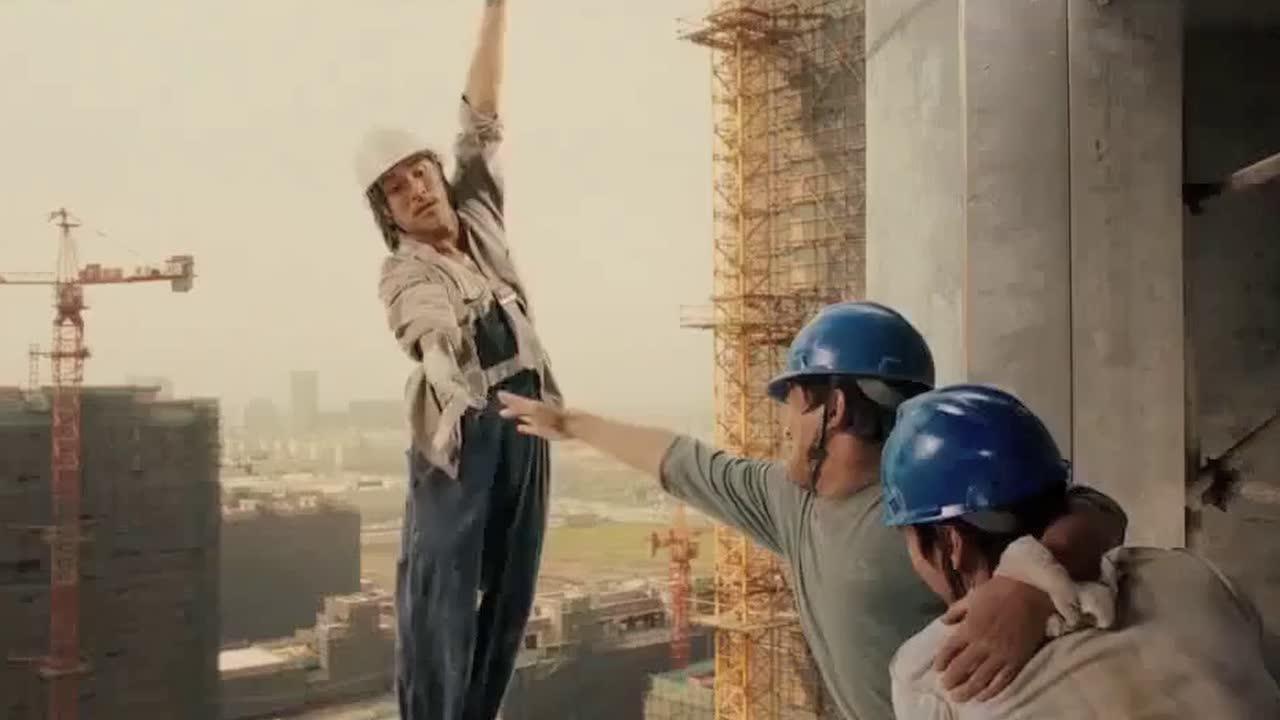 #电影片段#包工头正在发脾气训斥工人干活偷懒,结果工地上就出人命了