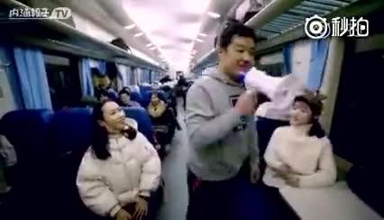 小伙在火车上表白, 没想到道具关键时刻不给力!