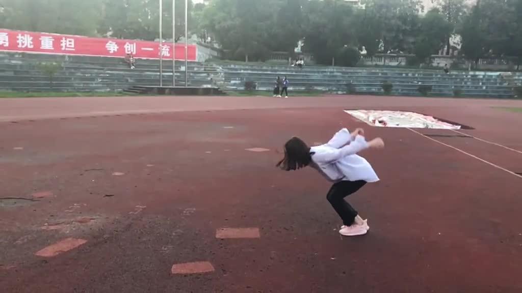 这个妹子可以跳两米,结果手机可以跳3米!心疼!!!