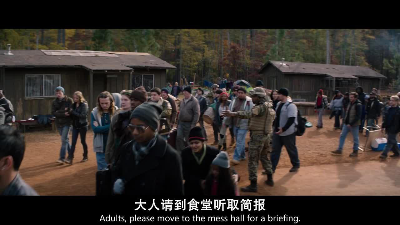 武装人员在指挥人员的撤离,爸爸告诉山姆不要乱跑