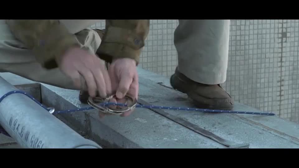"""#电影迷的修养#谢霆锋使用""""通灵之术"""",召唤出一根铁棍,握着它从百米高楼跳下"""