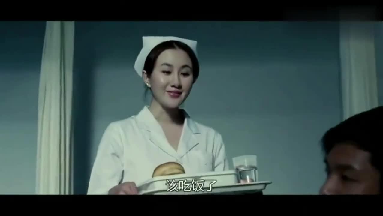 病人不开心,护士姐姐用手和舌头逗他开心
