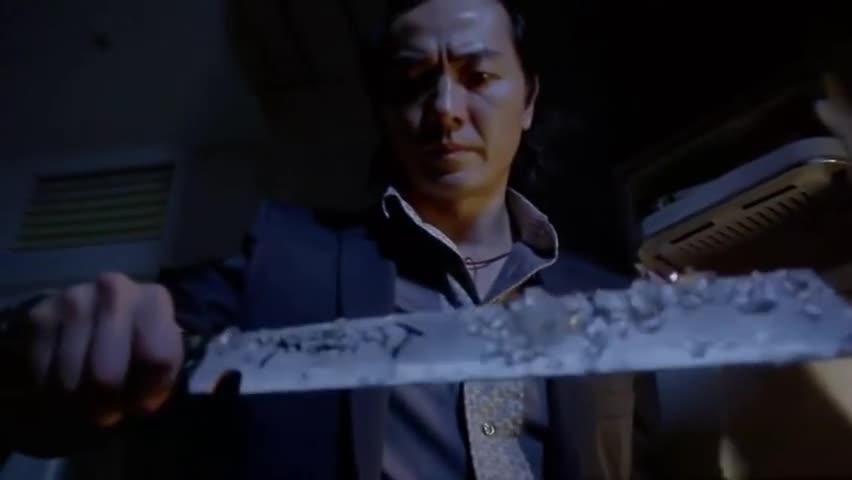 男子从冰箱里取出一把刀,刀锋上面都有冰块了,上面的字你认识吗