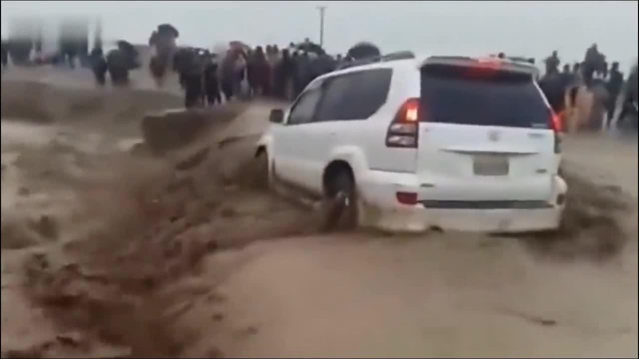 #洪水 #丰田霸道不听众人苦劝,执意要穿越洪水,家人看后难以承受!