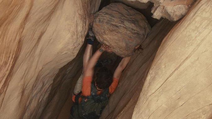 #冒险电影#小伙户外探险,右手压在巨石和岩壁之间,经过127小时断臂求生