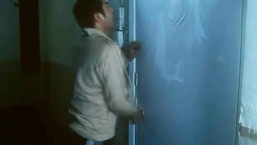 #电影片段#男子以为家中进了歹徒,没想到他才是房子的原住户