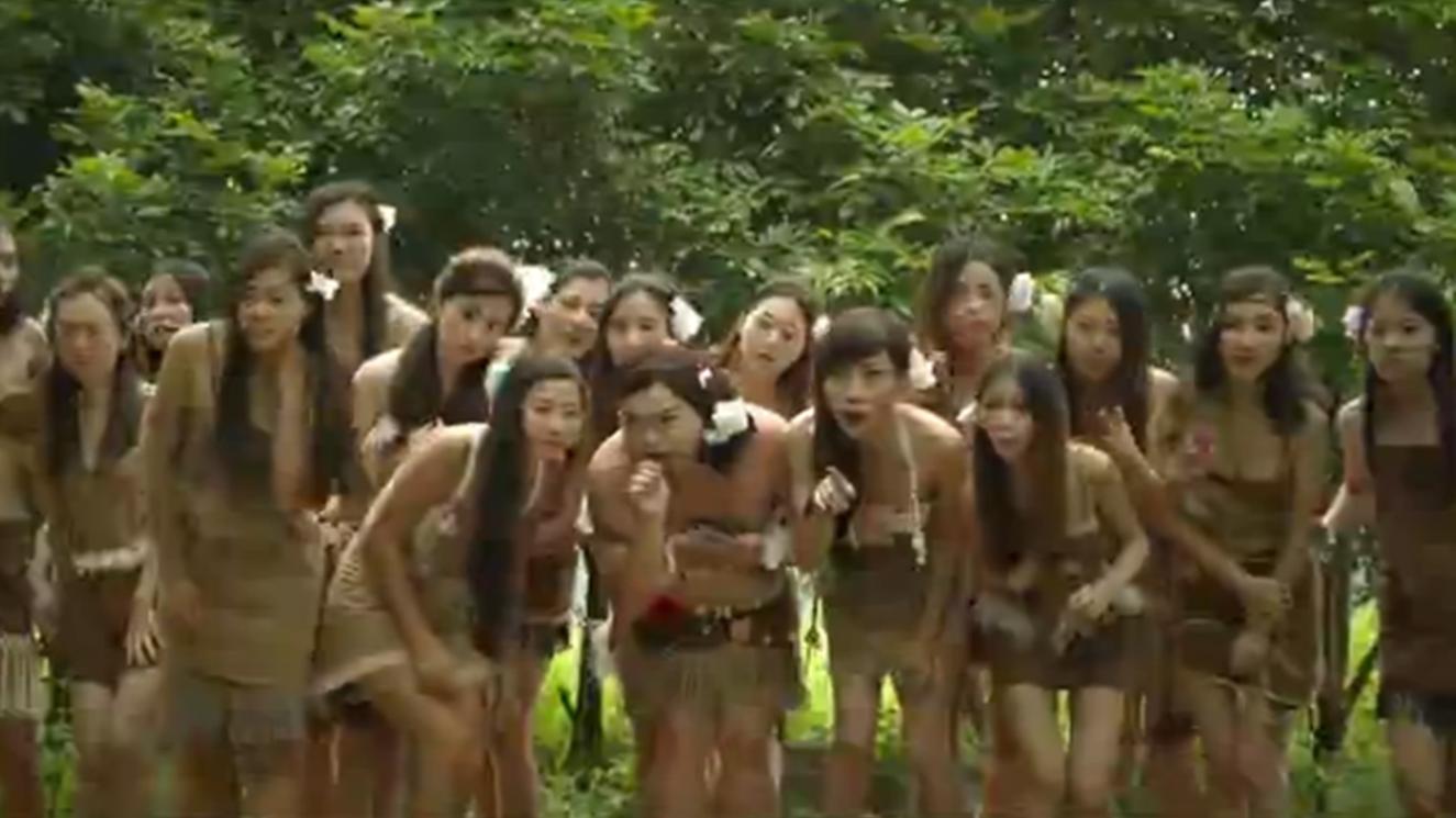 #电影最前线#小伙意外闯入与世隔绝500年的小岛,岛上只有女人,他受尽折磨