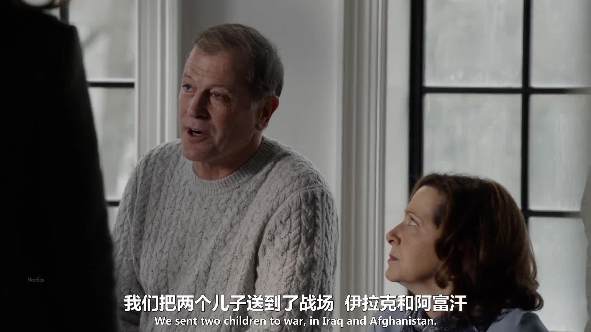 德拉有个二十二岁的儿子泰勒,伊丽莎白赶到德拉家后