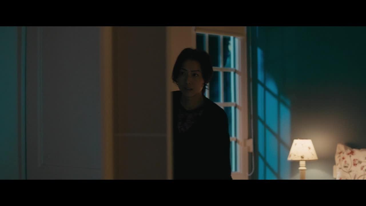 镜子里的她,美极了。