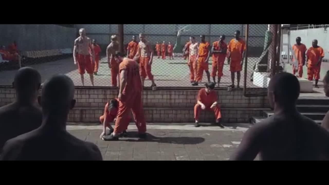 白虎兄弟监狱中被人欺负,三下五除二,将一群人虐惨了