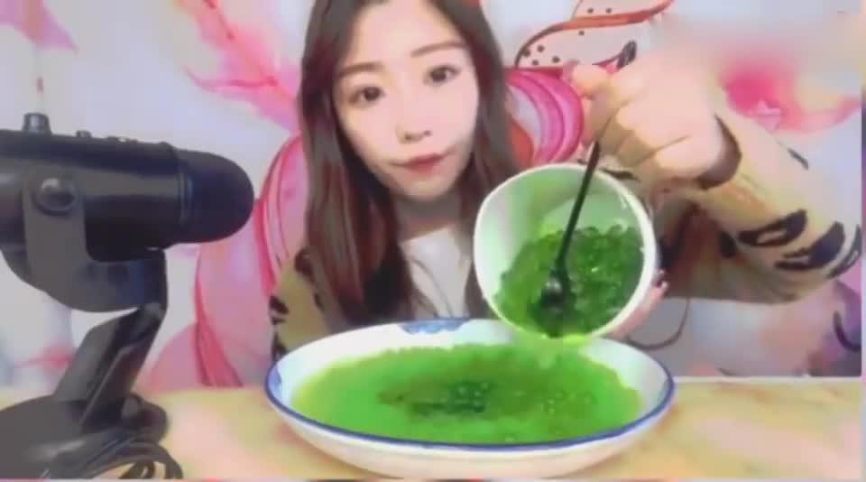 美女吃播:你吃绿色爆爆珠,为什么要从桶里倒到盘里呢