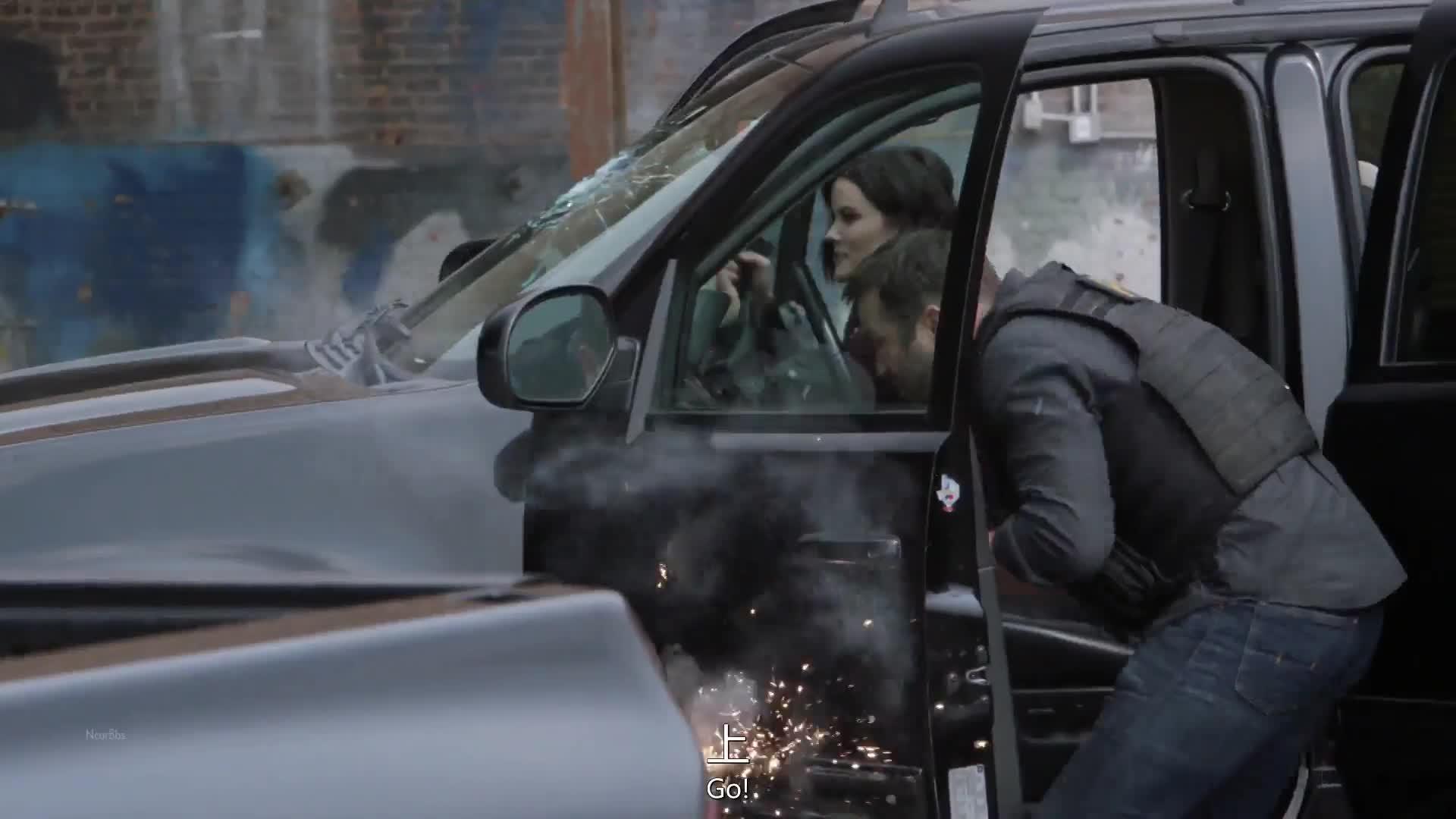 袭击者在一片混乱之后,带武器逃跑,结果被柯特他们发现了