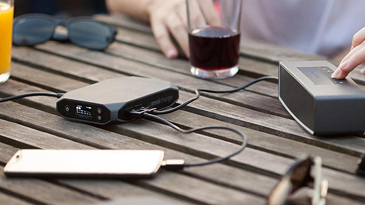 #手机数码#这个万能移动电源支持无线充电,还附带交流电源插口