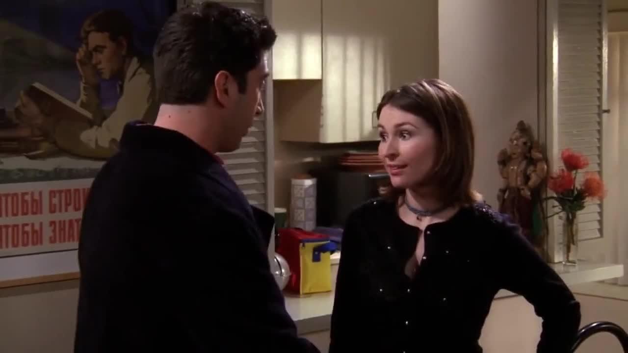 女子帮男友收拾屋子,男友突然说出一事,女友极其惊讶