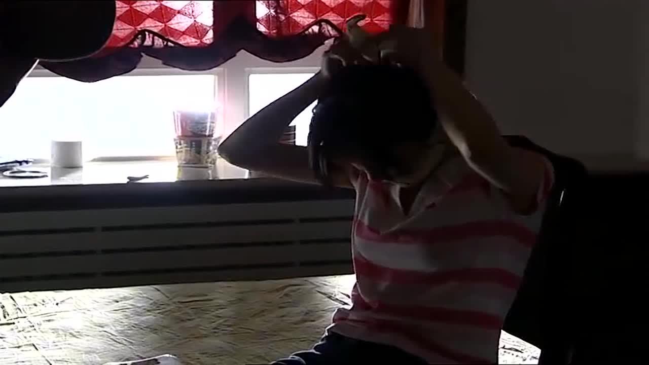 男子把前女友和孩子绑在家中,自己和现任逍遥