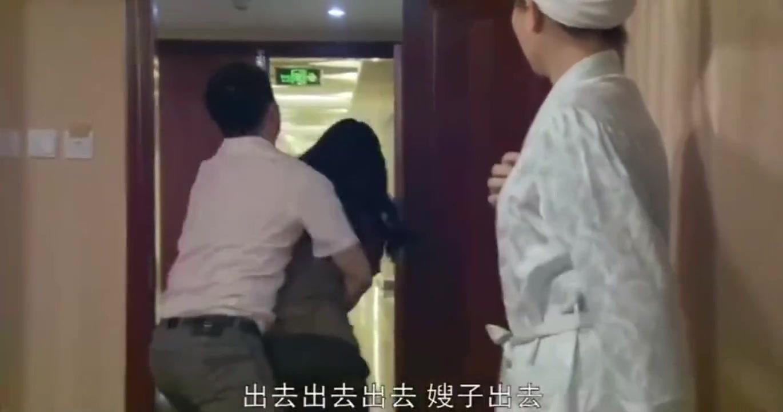 妻子带人抓老公把柄,不料情人听到门响从浴室出来