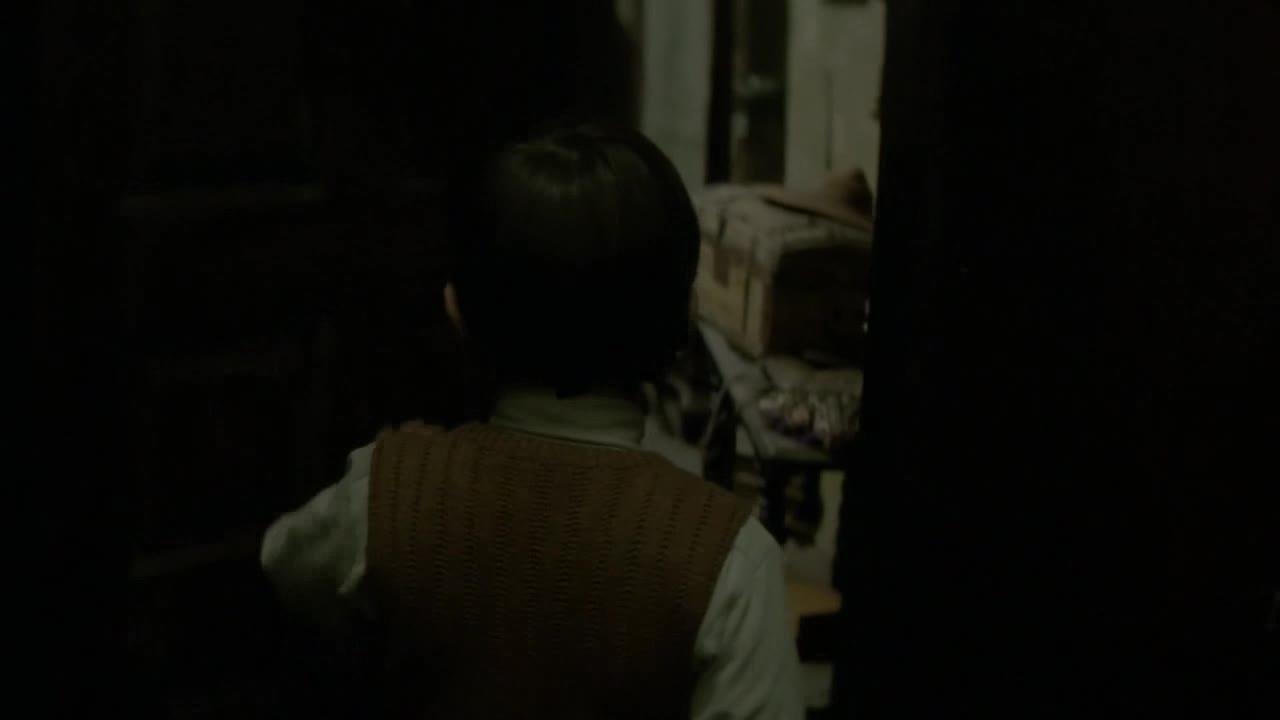 男孩误闯小黑屋,伙伴恶作剧将门锁住,背后却发生这么恐怖的事