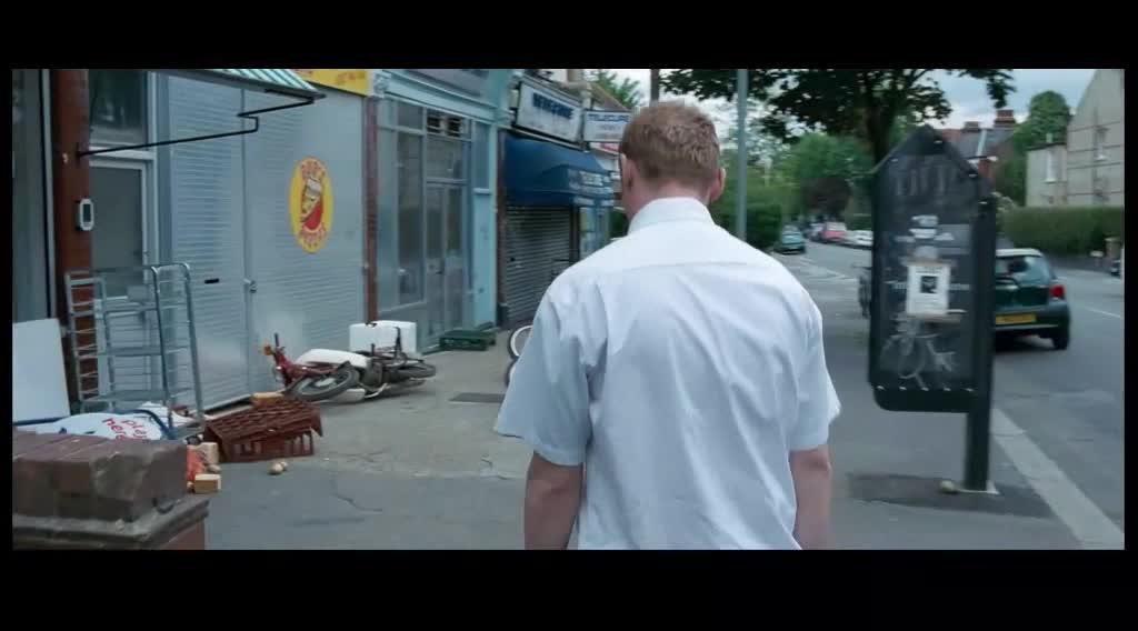 去超市买东西,为什么玻璃上有手印,路上行人怎么那么奇怪