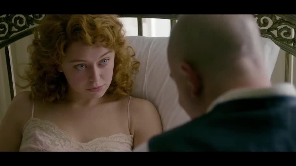 美女觉得小伙很神秘,没想到他居然是在干这种事,真伟大