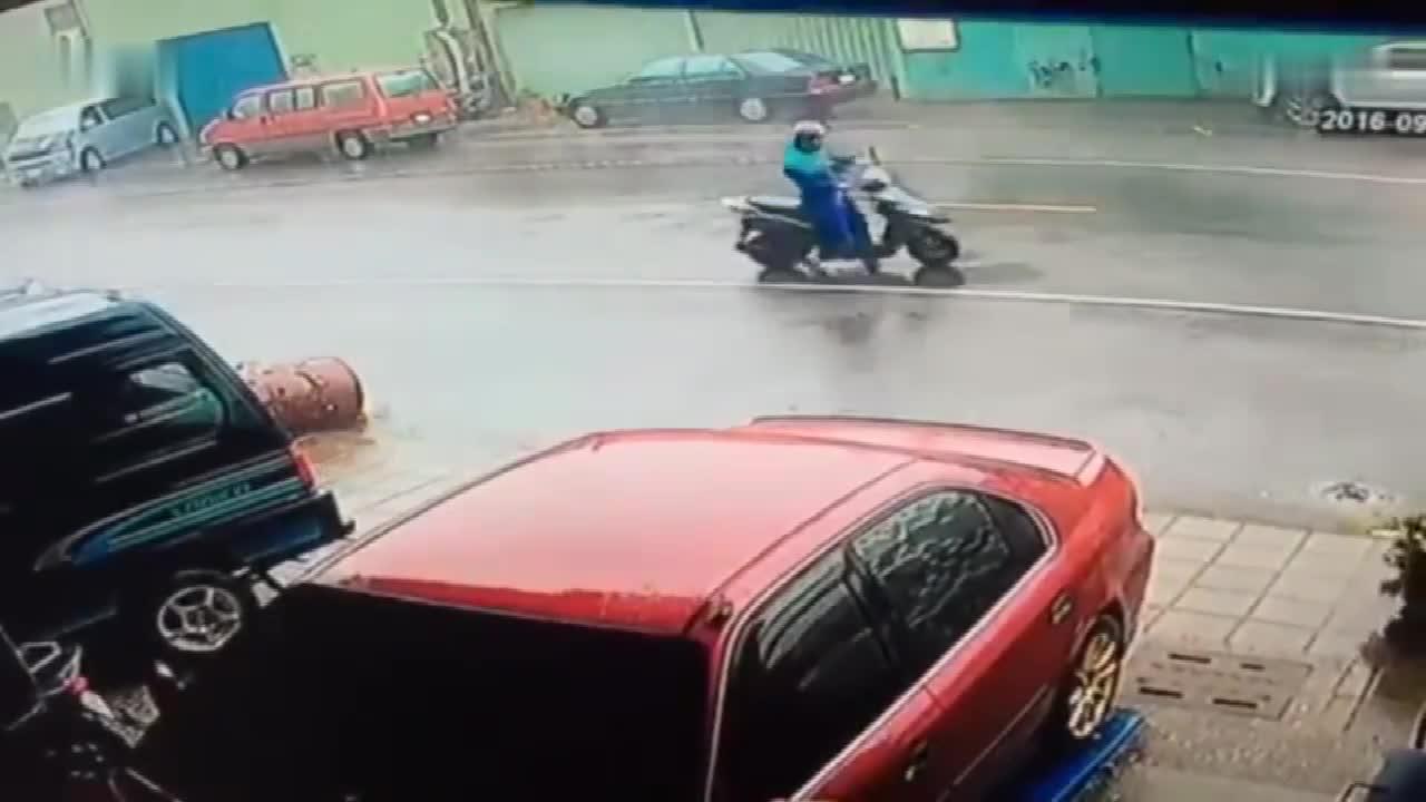 大风天男子骑车回家, 发现不对劲赶紧停车, 想逃跑时已来不及