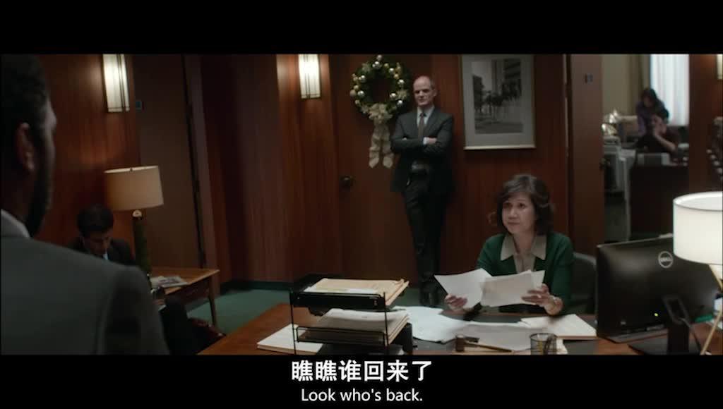 雷来到克莱尔的办公室,被以前的同事调侃