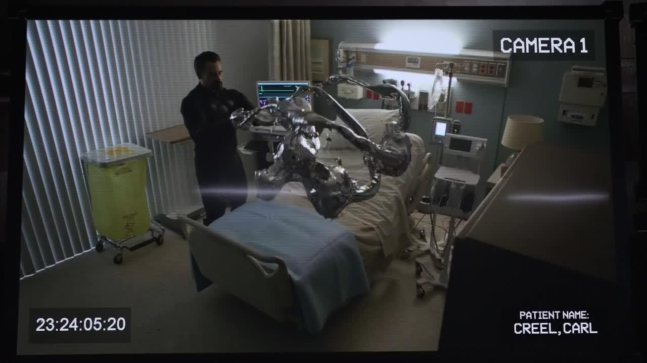 科尔森在乘坐飞船返回地球的途中,意外晕在地上
