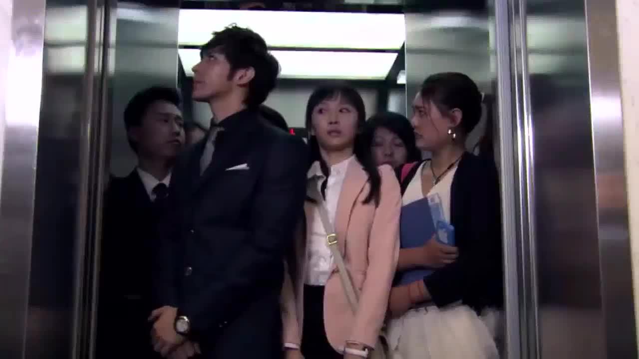 美女进电梯超载,一把推出前面的总裁
