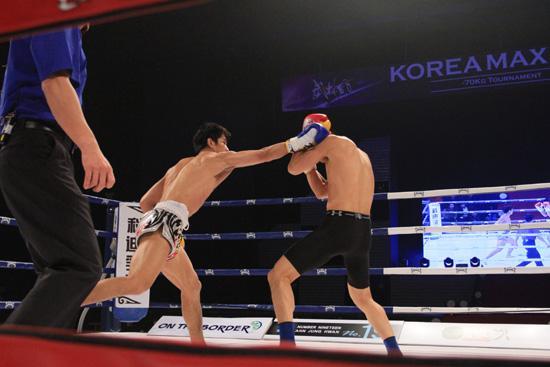 韩国美女兴奋!中国不败神话暴打KO韩国第一拳王,结果妹子哭了