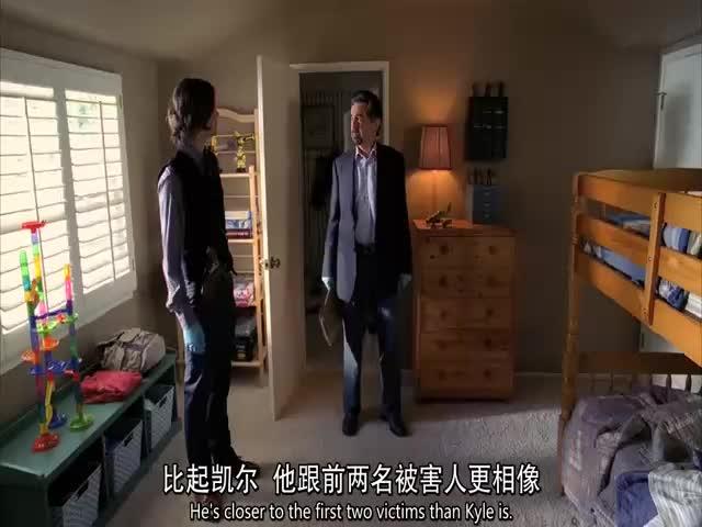 警探和博士再次进入案发现场,发现重要证据,没想到是有人尿床了