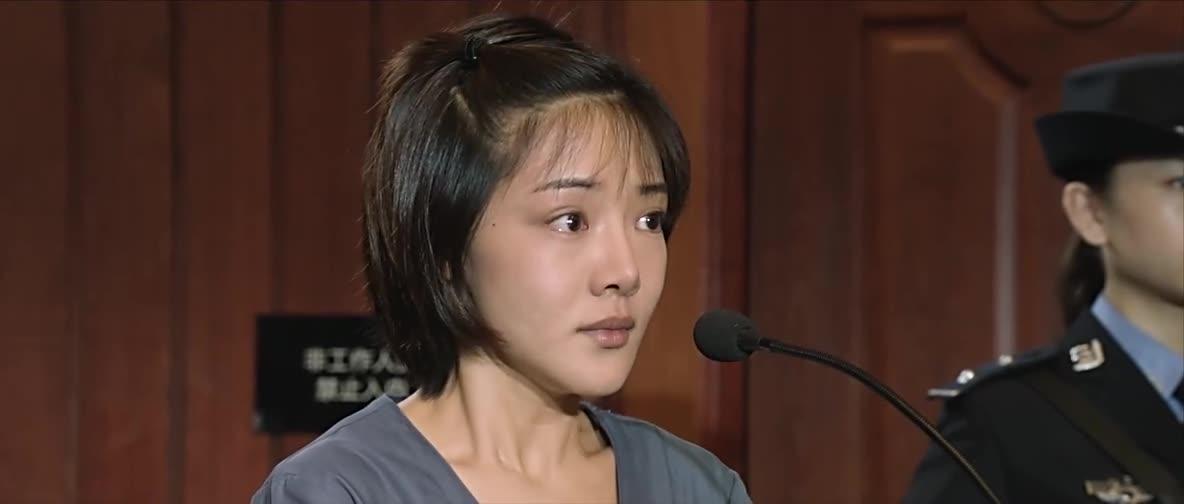 短发女孩被告法庭,律师犀利问责,吓哭女孩