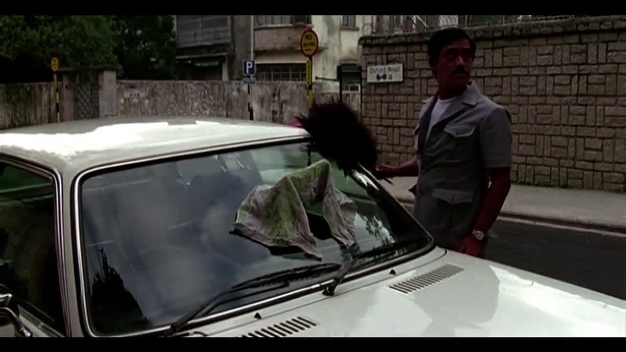 别人偷车,你却偷车玻璃,连路过的人都被你蒙骗了