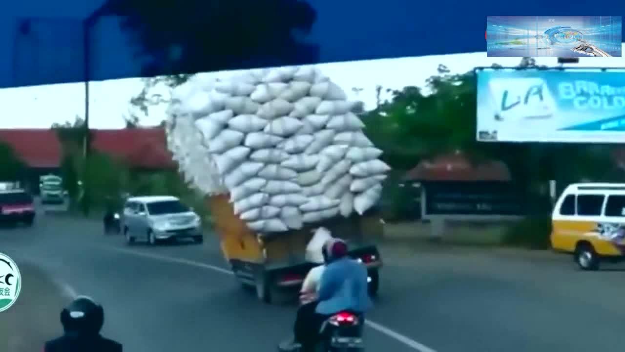#车祸#大货车一路摇摇晃晃,摩托车还敢超车,15秒后该来的还是来了!