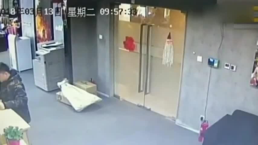 女子在公司收到快递,打开后吓得摔倒在地,监控还原全程