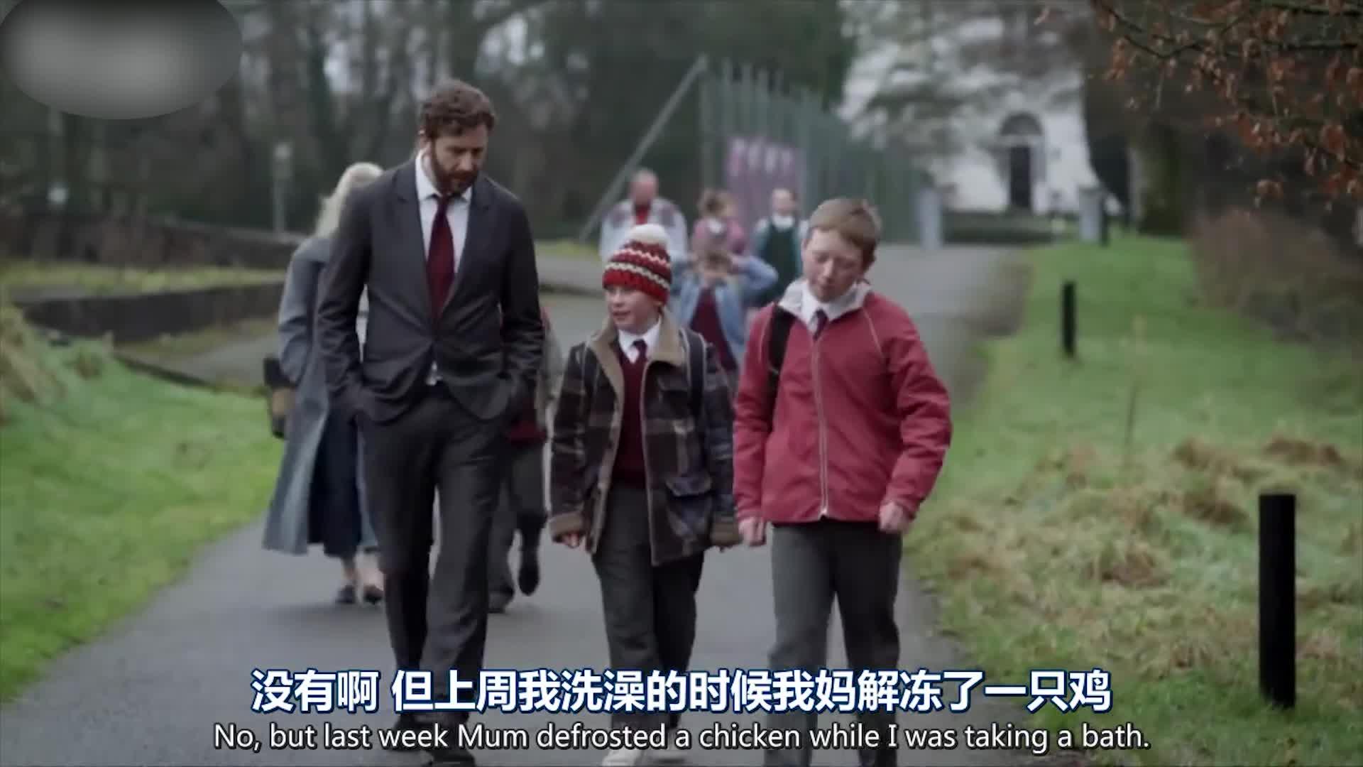 叔叔去接男孩,发现男孩还在玩幼稚游戏,传输他爱国思想