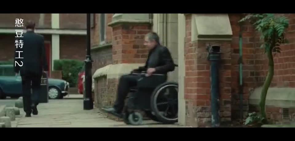 高科技的轮椅应该怎么开呢?让憨豆先生来教教你吧!