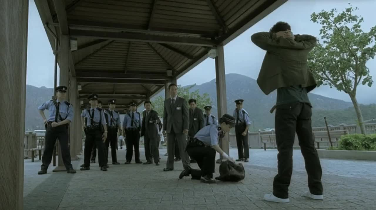 不是警察不聪明,是杀手太狡猾,赃物就在包里