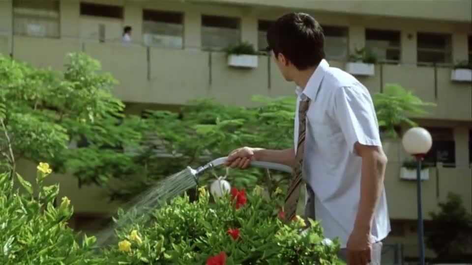 #经典看电影#星爷只是在浇花,却引起一帮学生围观