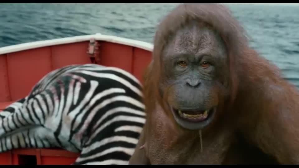 #电影迷的修养#小伙和鬣狗在船上对峙,突然跳出一只孟加拉虎,秒杀非洲斑鬣狗