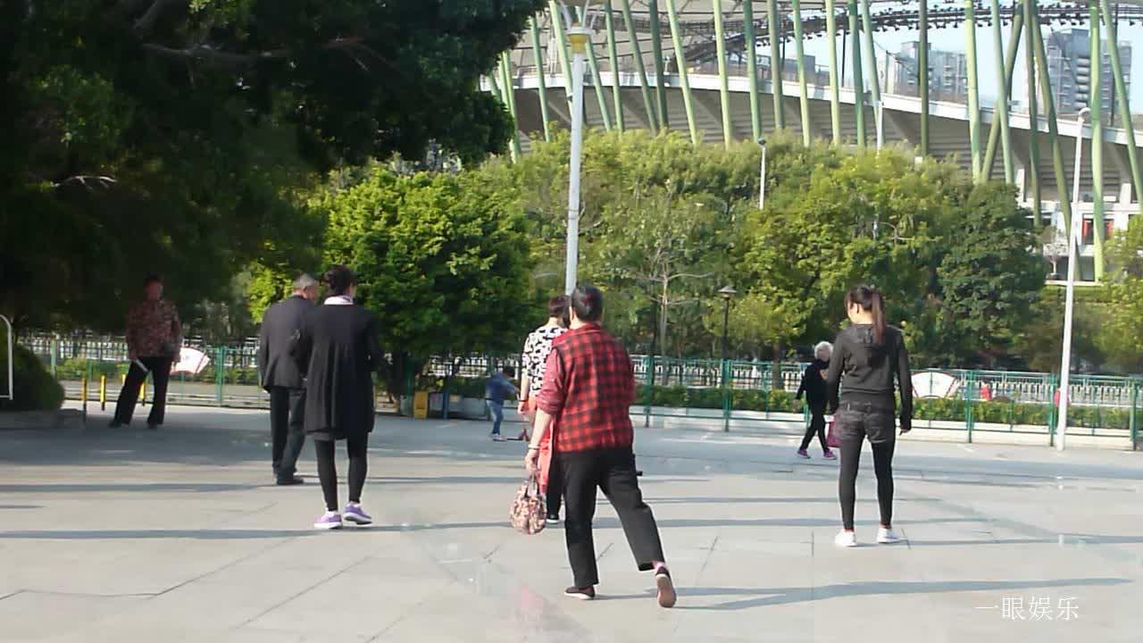 深圳体育广场早晨,伴着优美音响,妇女们在练习街舞