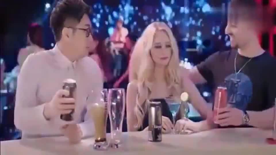 屌丝男士:大鹏酒吧遇到外国美女,刚倒上酒竟然被痛扁一顿!