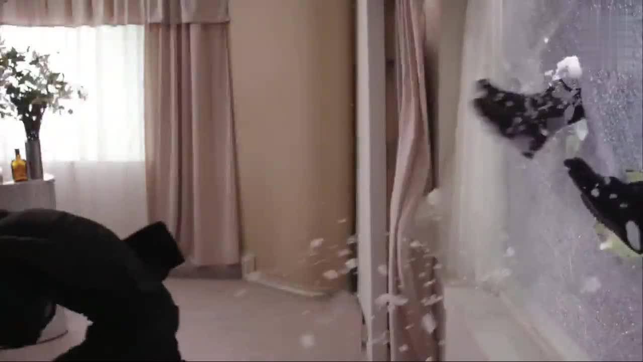 好莱坞火爆动作片,悍匪手持AK破窗而入,被特警小手枪秒杀
