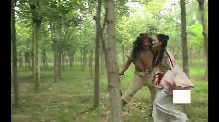 夫妻俩在小树林里遇到劫匪,劫匪当着丈夫的面糟蹋了自己的妻子