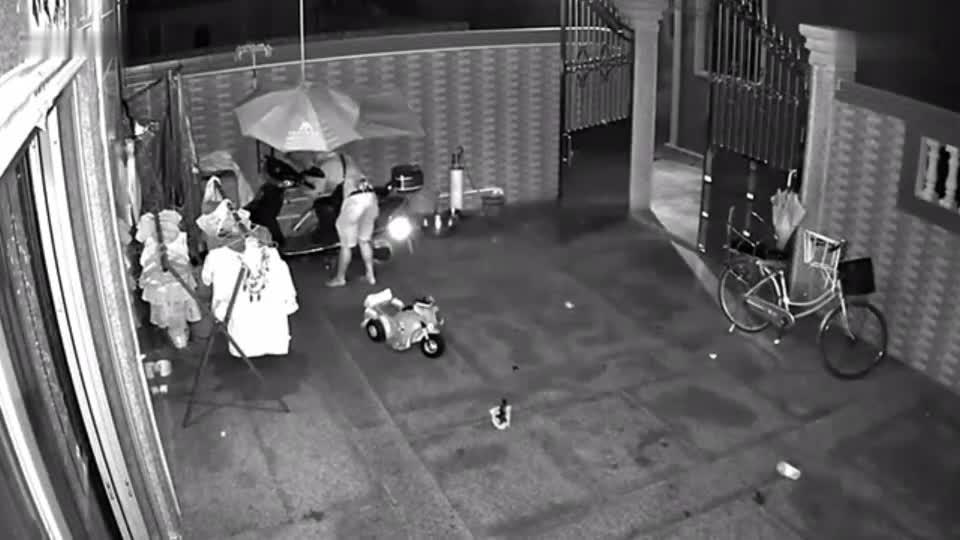 监控拍下两男子盗窃过程, 一人放风, 一人撬锁