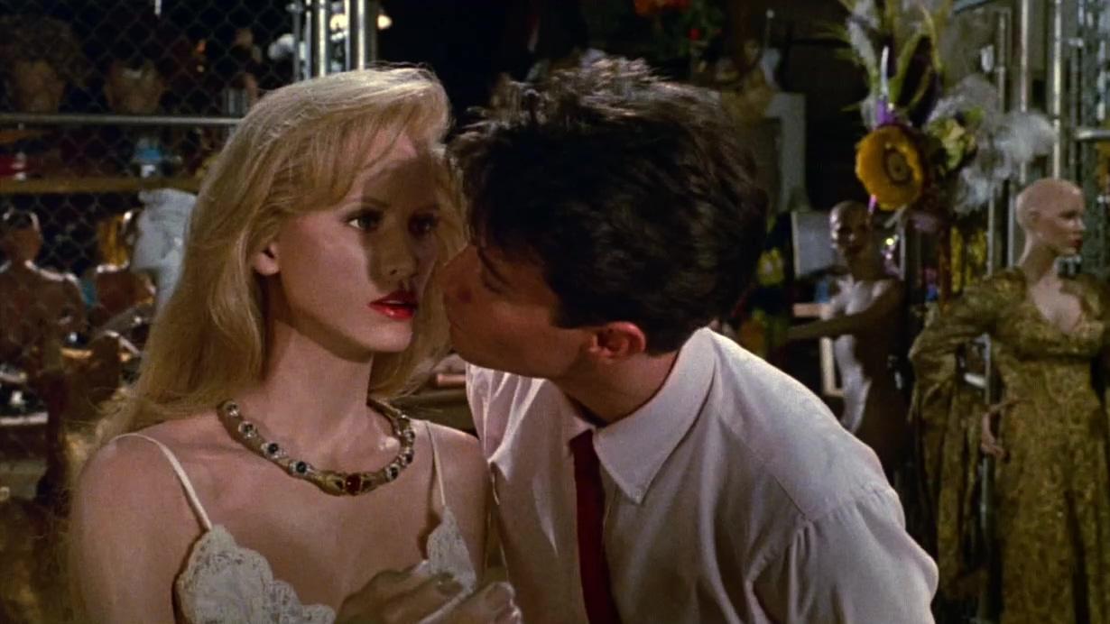 #经典看电影#男子发现一个木头美人,摘掉项链深情一吻,木头人活了