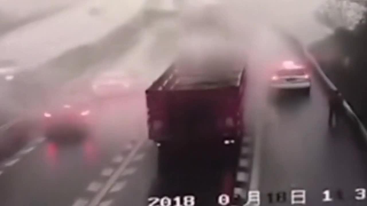 男子高速上作死,指挥货车调头!悲剧一幕发生了