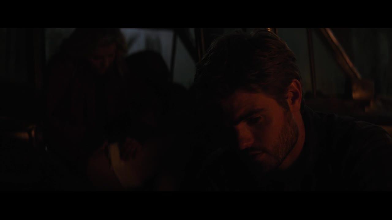 救人男子细心的为凯西包扎伤口,凯西害羞了