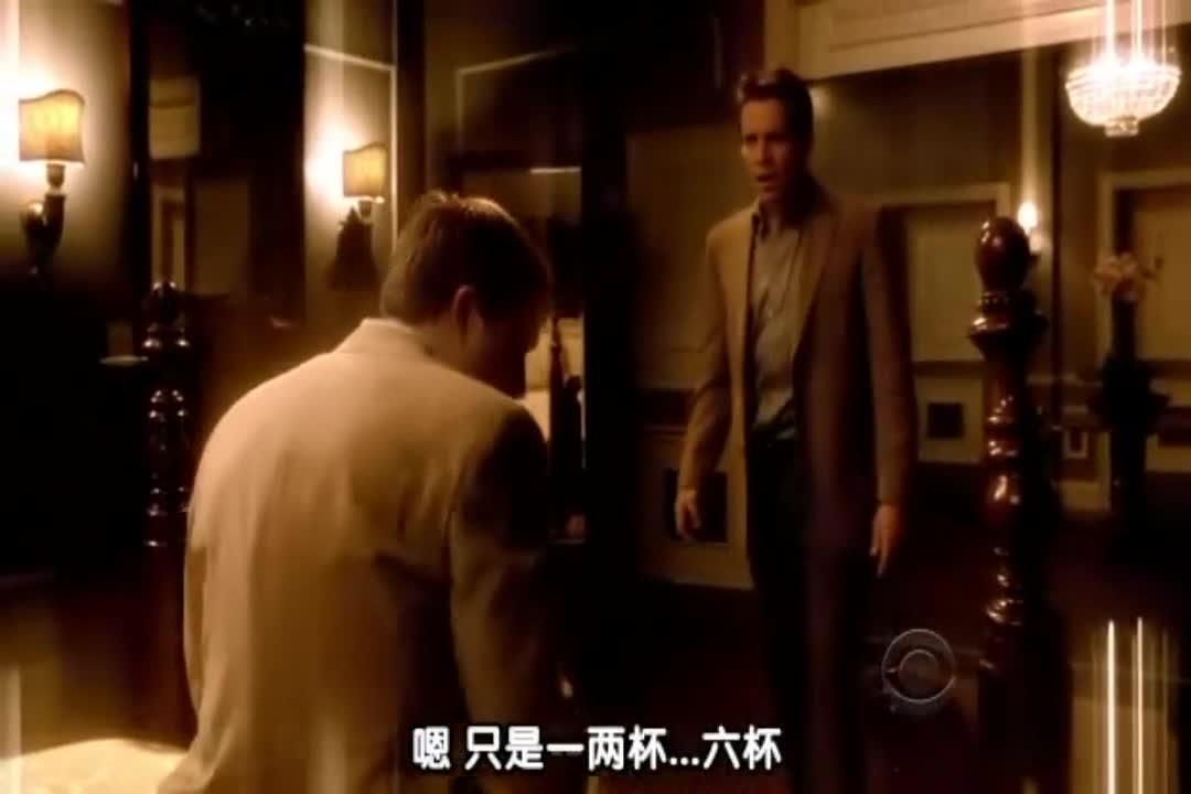 莉莉帮安娜去洗手间清洗,然后跟她谈起,自己的男朋友很遭糕