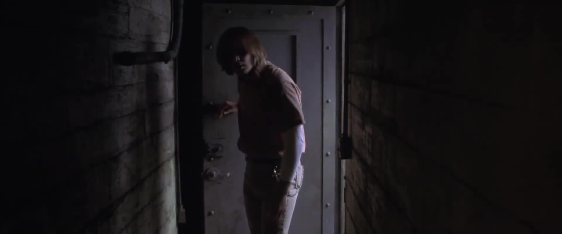 男子去实验室看女子,没想到女子竟然直接活了,男子吓了一跳